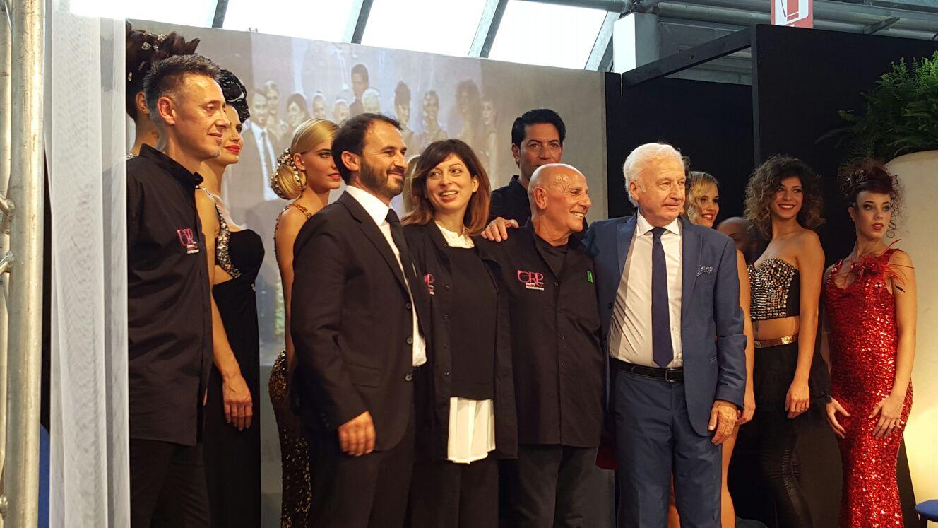 Foto ricordo sul palco al termine dello show offerto dai maestri acconciatori del Gruppo Ricerca Professionale dell'Accademia Nazionale Acconciatori Misti - Carrara 4 ottobre 2015