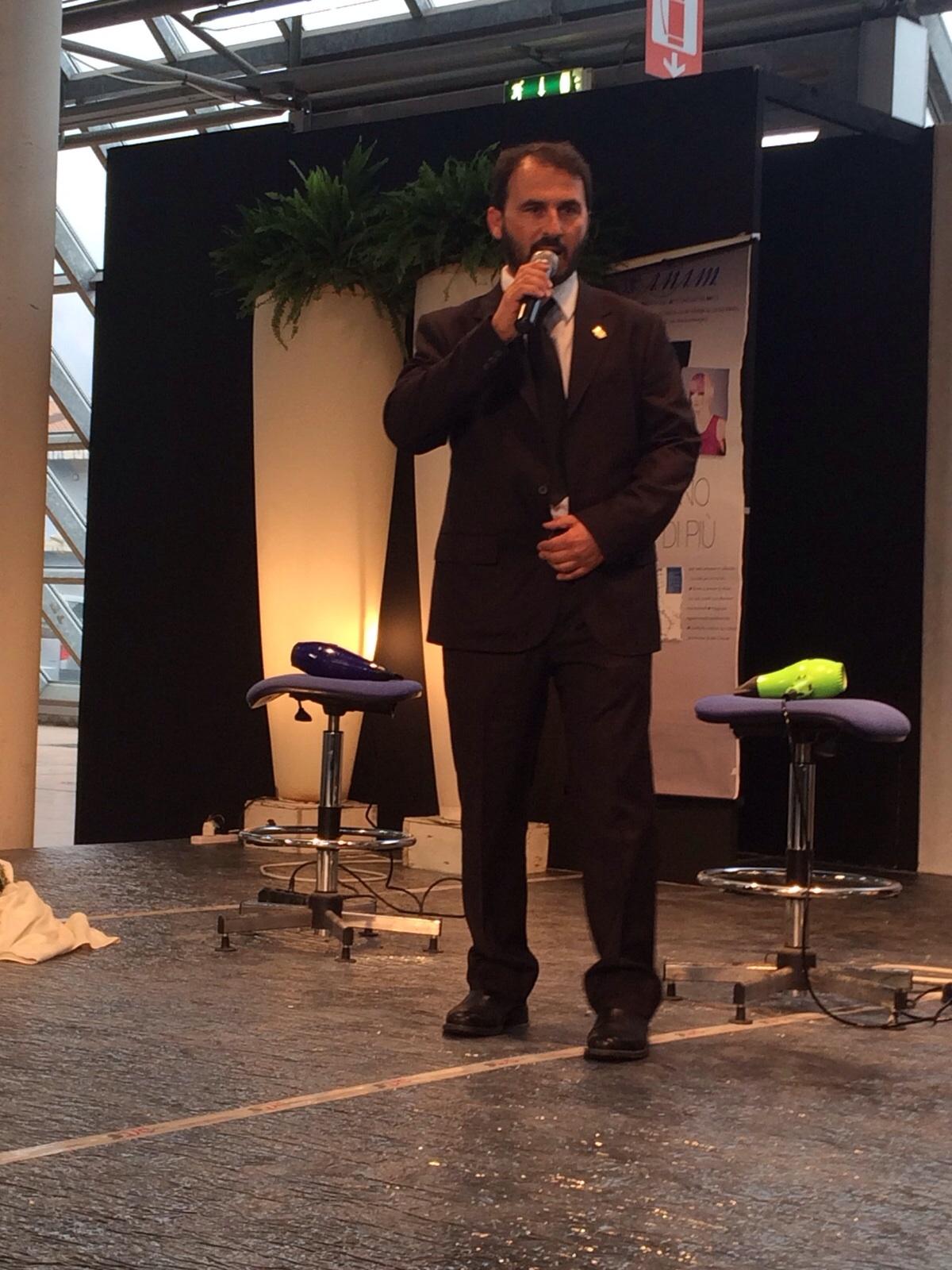 Il Presidente Nazionale Anam Alessandro Granai mentre presenta l'Hair Show di Carrara 4 ottobre 2015